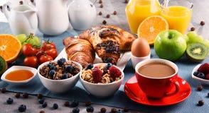 Ontbijt met koffie, sap, croissants en vruchten wordt gediend die stock foto's