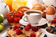 Ontbijt met koffie, sap, croissants en vruchten wordt gediend die Stock Afbeelding