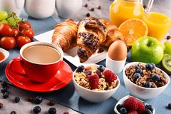 Ontbijt met koffie, sap, croissants en vruchten wordt gediend die royalty-vrije stock foto's
