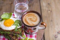 Ontbijt met koffie, toosts, boter en jam op houten achtergrond hierboven royalty-vrije stock foto