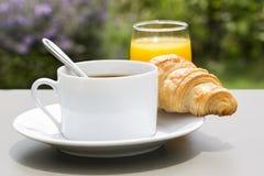 Ontbijt met kop van zwart koffie en croissant Royalty-vrije Stock Fotografie