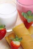 Ontbijt met melk, aardbei smoothie en middagsnack Royalty-vrije Stock Foto's