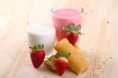 Ontbijt met melk, aardbei smoothie en middagsnack Stock Fotografie