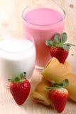 Ontbijt met melk, aardbei smoothie en middagsnack Royalty-vrije Stock Foto