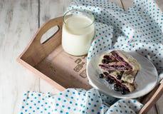 Ontbijt met melk en baksel Stock Foto's
