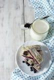 Ontbijt met melk en baksel Stock Foto