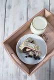 Ontbijt met melk en baksel Stock Fotografie
