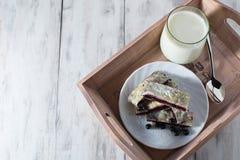 Ontbijt met melk en baksel Stock Afbeeldingen
