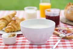 Ontbijt met melk, jus d'orange, croissant, marmelade en brea Stock Afbeeldingen