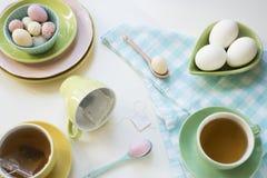 Ontbijt met paaseieren en thee in heldere kleuren stock afbeelding