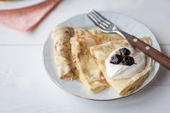 Ontbijt met pannekoeken stock afbeelding