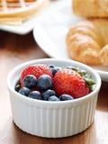 Ontbijt met ramkim van bessen. Stock Fotografie