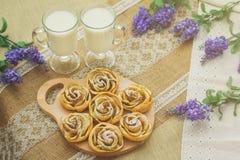 Ontbijt met smakelijke eigengemaakte appelcakes en melk Stock Afbeelding