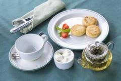 Ontbijt met thee en kaastaarten Stock Afbeeldingen