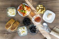 Ontbijt met thee op houten lijst royalty-vrije stock fotografie