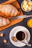 Ontbijt met verse croissants, jus d'orange en koffie stock fotografie