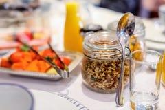 Ontbijt met verse vruchten en muesli Stock Afbeeldingen