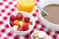 Ontbijt met vruchten en hete chocolade Royalty-vrije Stock Afbeeldingen