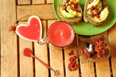 Ontbijt met vruchtensap, gojizaden en avocadosandwich Royalty-vrije Stock Fotografie