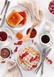Ontbijt met wafel, toost, bes, jam, uitgespreide chocolade en royalty-vrije stock afbeeldingen
