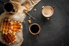 Ontbijt met wafels en koffie stock afbeeldingen