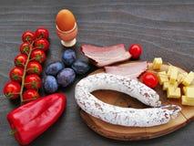 Ontbijt met worstsalami, ham, ei en groenten Royalty-vrije Stock Foto's