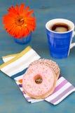Ontbijt met zwarte koffie en twee donuts Stock Afbeelding
