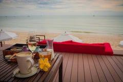 Ontbijt in ochtend op de strand en overzeese mening Stock Afbeelding