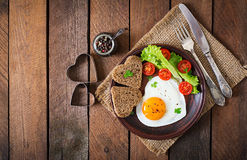 Ontbijt op de Dag van Valentine - gebraden eieren Stock Foto