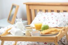 Ontbijt op een bed Stock Fotografie