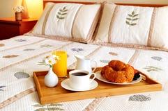Ontbijt op een bed in een hotelruimte