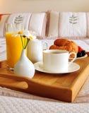 Ontbijt op een bed in een hotelruimte stock fotografie