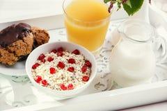 Ontbijt op een houten dienblad in bed in de ochtend royalty-vrije stock fotografie