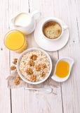 Ontbijt op een witte houten lijst royalty-vrije stock foto