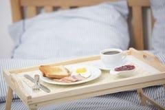 Ontbijt op het bed royalty-vrije stock afbeeldingen