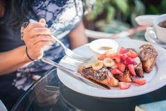 Ontbijt op het terras: Franse toosts en vruchten met een kop van h stock foto's