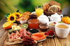 Ontbijt op lijst met broodbroodjes, croissants, coffe en sap stock fotografie