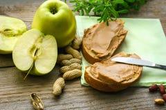 Ontbijt, sandwiches met pindakaas, groene appelen royalty-vrije stock foto's