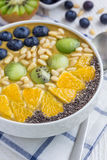 Ontbijt smoothie kom met bessen, vruchten, noten en zaden wordt bedekt dat Stock Fotografie