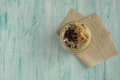 Ontbijt smoothie kruik met chocolade, muesli wordt bedekt die Royalty-vrije Stock Fotografie