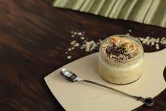 Ontbijt smoothie kruik met chocolade, muesli wordt bedekt die Stock Foto's