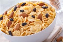 Ontbijt van cornflakes op een houten achtergrond. Royalty-vrije Stock Afbeelding