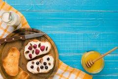 Ontbijt van Franse toost met verse bessen Stock Foto's