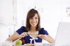 Ontbijt van jonge vrouw Stock Afbeelding