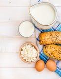 Ontbijt van kaas, melk, brood en eieren Stock Foto's