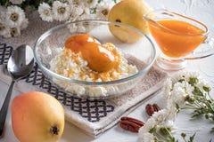 Ontbijt van kwark, peer stock afbeelding