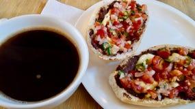 Ontbijt van muffins met Amerikaanse zwarte koffie royalty-vrije stock fotografie