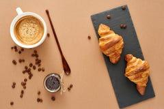 Ontbijt van twee Franse croissants met jam en koffie Stock Afbeelding
