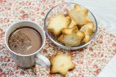 Ontbijt van verse toost, koekjes en wafel met jam op het lusje Stock Foto