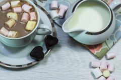 Ontbijt van verse toost, koekjes en wafel met jam op het lusje Royalty-vrije Stock Fotografie